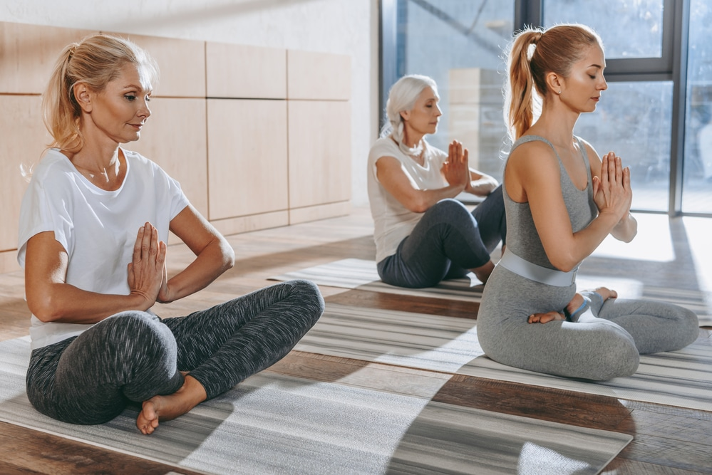 группа девушек медитирует