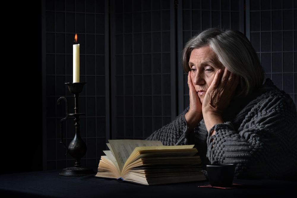 женщина пожилая с книгой с заговорами