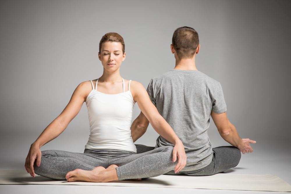 молодая пара медитирует