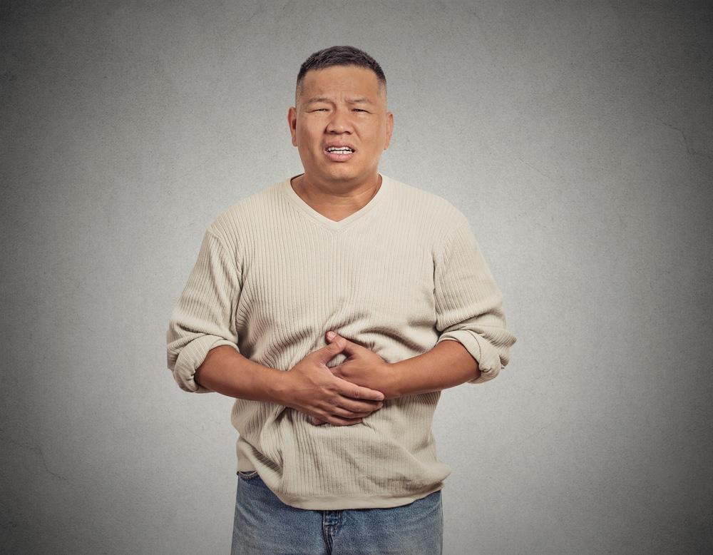 мужчина с болью в животе