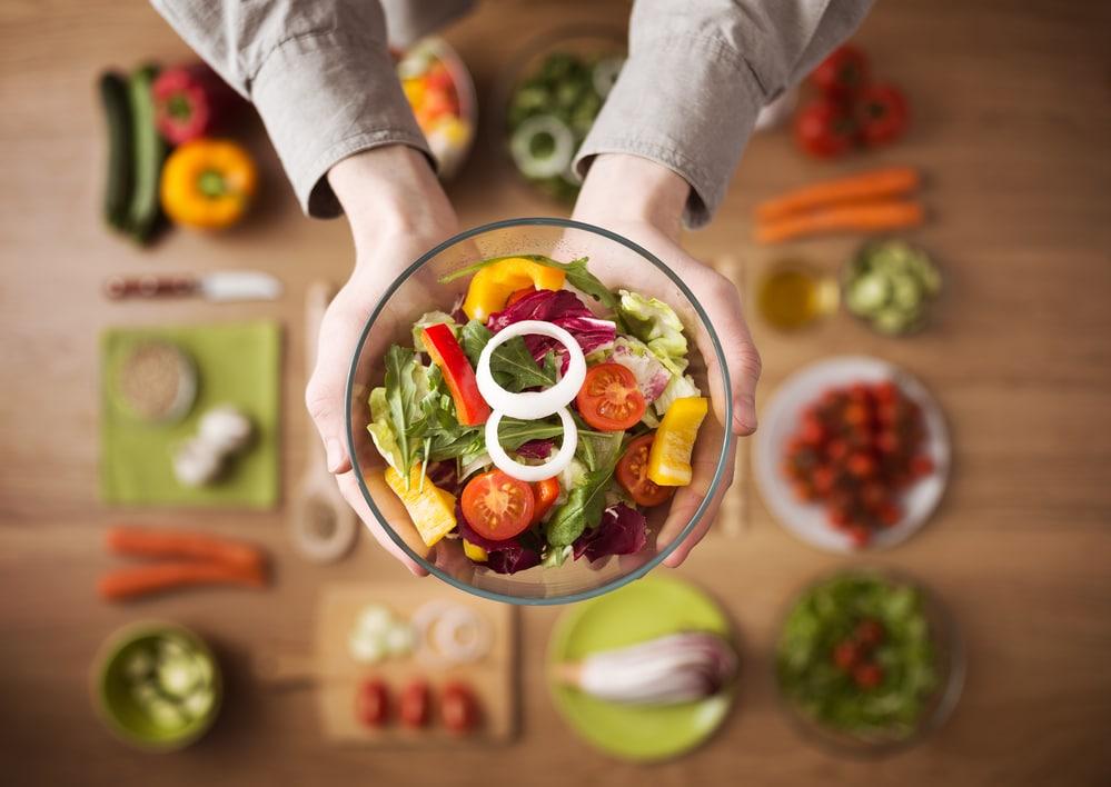 девушка держит салат (концепция диеты)