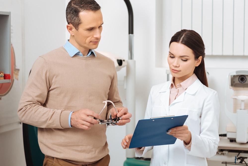 девушка врач и мужчина пациент