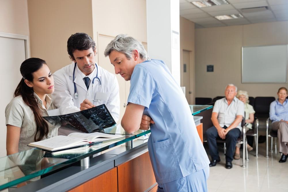 мужчина и доктор рассматривают результаты анализов