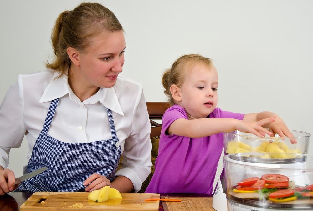 мама и дочка закладывают продукты в пароварку